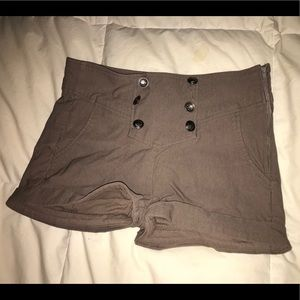 High wasted shorts with fake buttons in the front